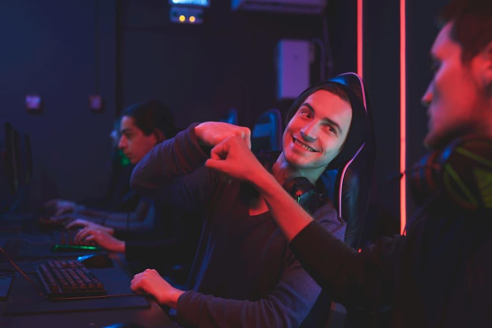 Time de gamers celebrando