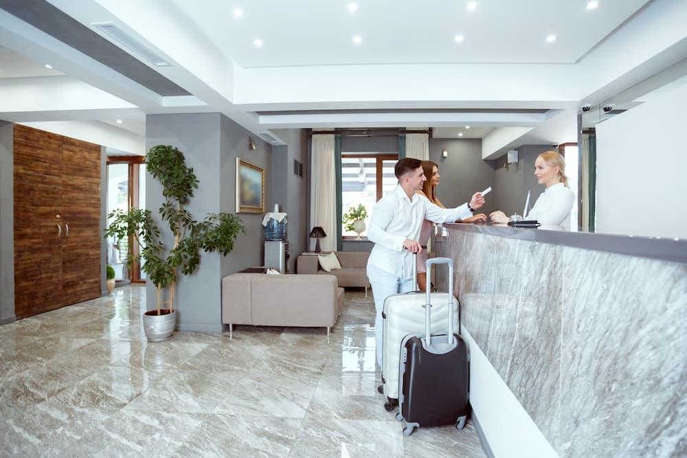 homem mulheres viagem hotel