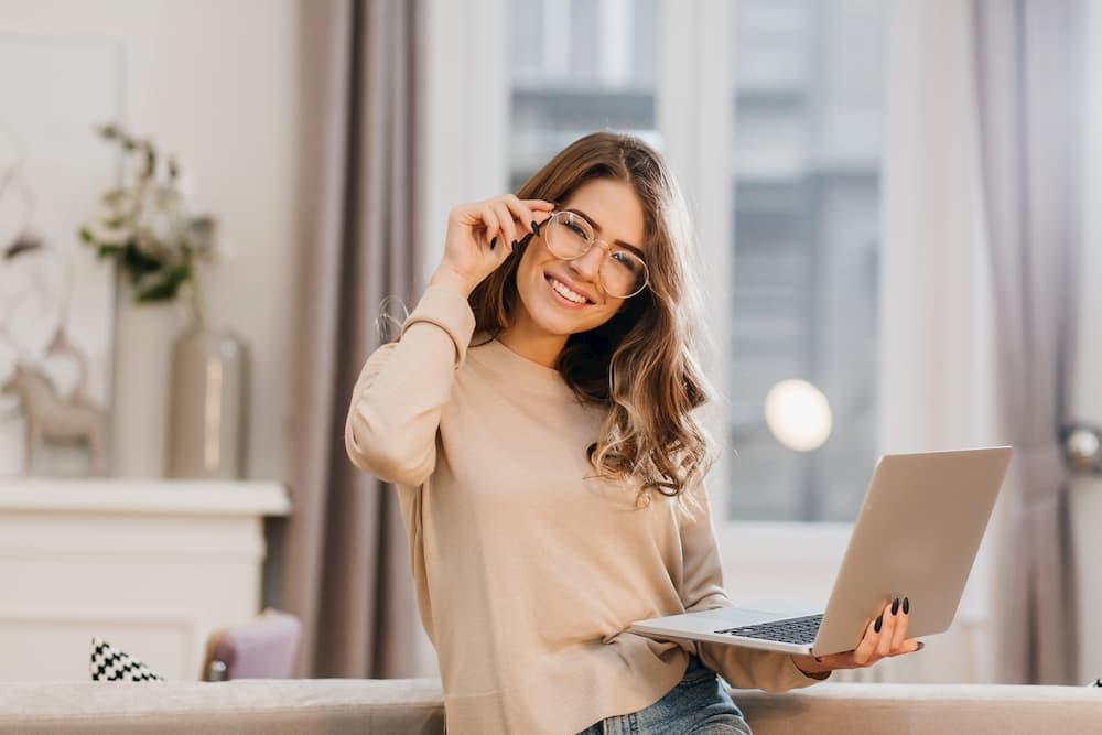 mulher oculos feliz notebook