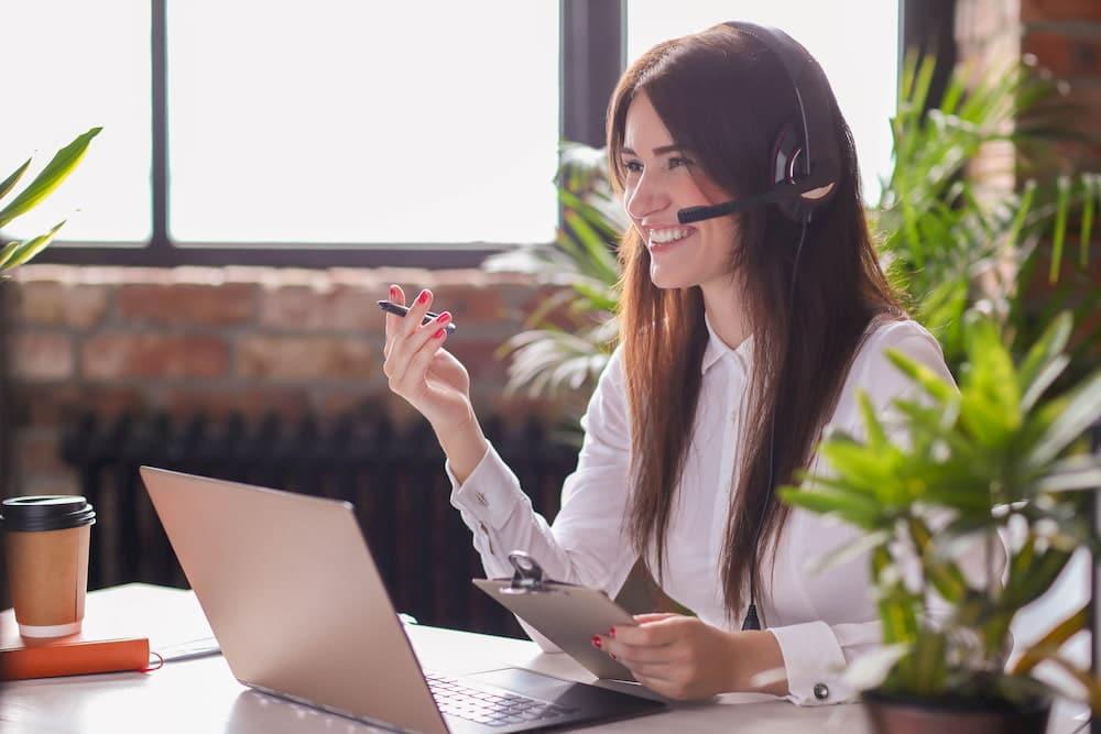 mulher sorrindo telemarketing escritório