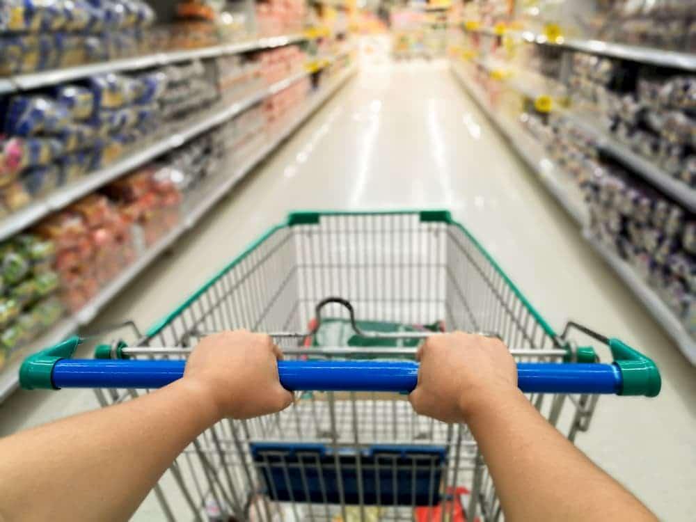 pessoa carrinho supermercado